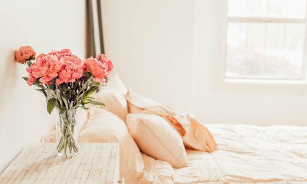 Udstyr soveværelset med et sengebord
